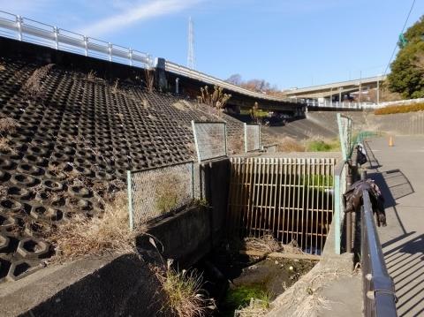 栗原遊水地A池排水路・スクリーン付きの桝
