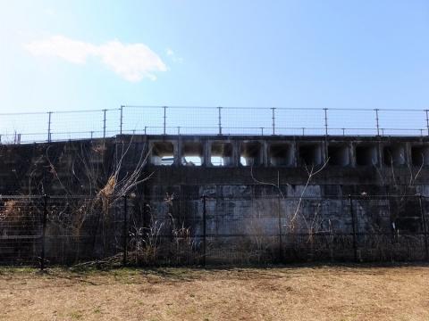 境川・鶴金橋上流の遊水地の越流堤