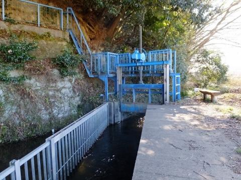 大堀の余水排水吐き施設