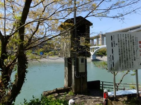相模川散策路の奇妙な塔