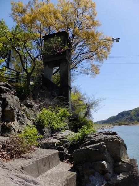 相模川小倉橋の奇妙な塔