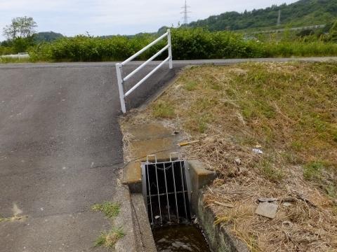下河原川を伏越で潜る用水路