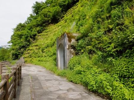 石小屋橋右岸の隧道入口