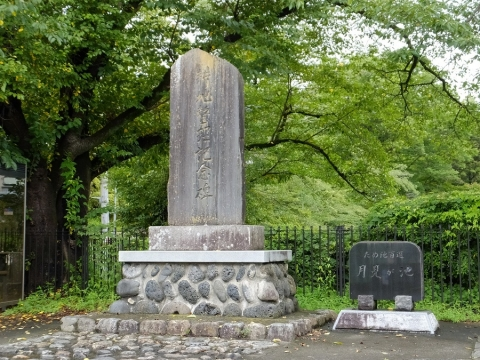 月見が池堰堤上の耕地整理記念碑・施設名標石