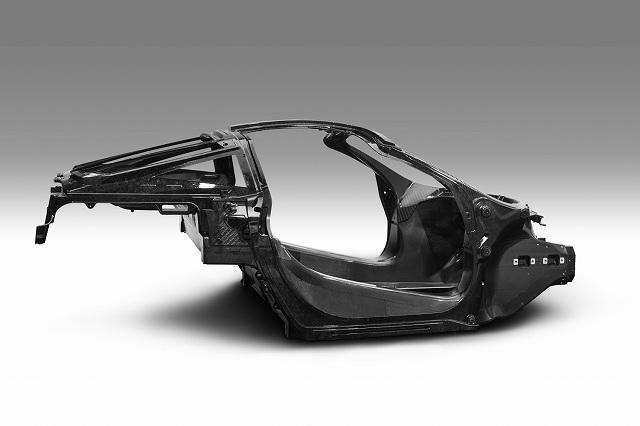 McLaren-765LT-and-McLaren-Automotive-CEO-Mike-Flewitt (3)
