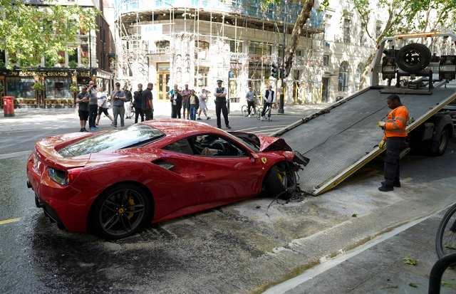 フェラーリ488バス事故 (3)