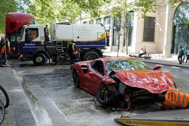 フェラーリ488バス事故 (4)