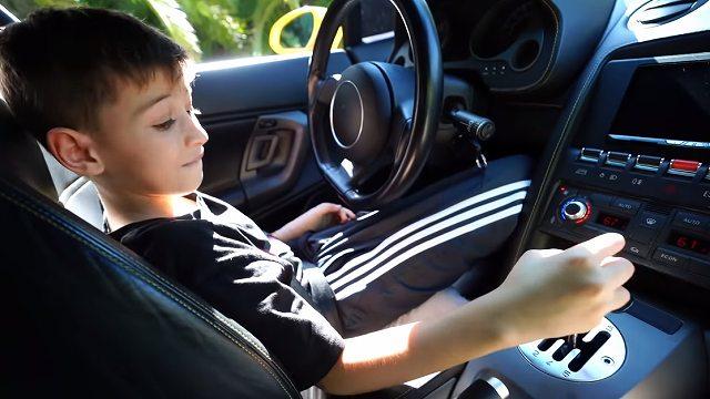 9歳の子供がランボルギーニ運転 (3)