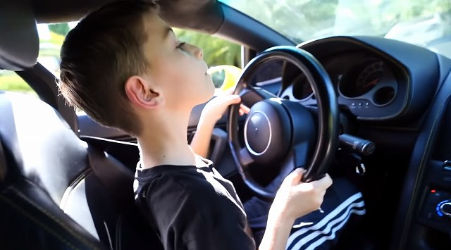 9歳の子供がランボルギーニ運転 (1)