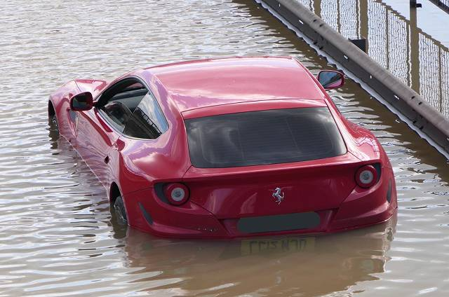 洪水フェラーリ