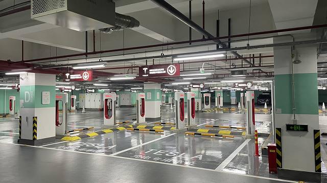 テスラ世界最大規模の充電ステーション (2)