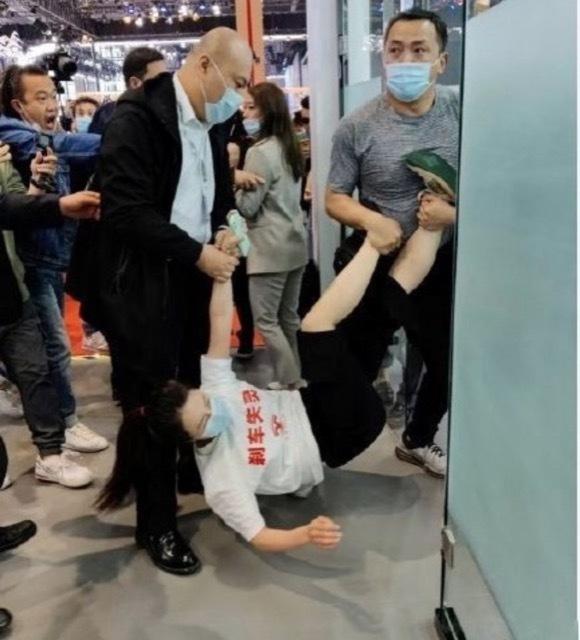 上海モーターショーで女が大暴れ2 2021-4-19