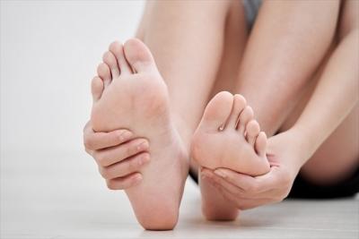 足 両足触る
