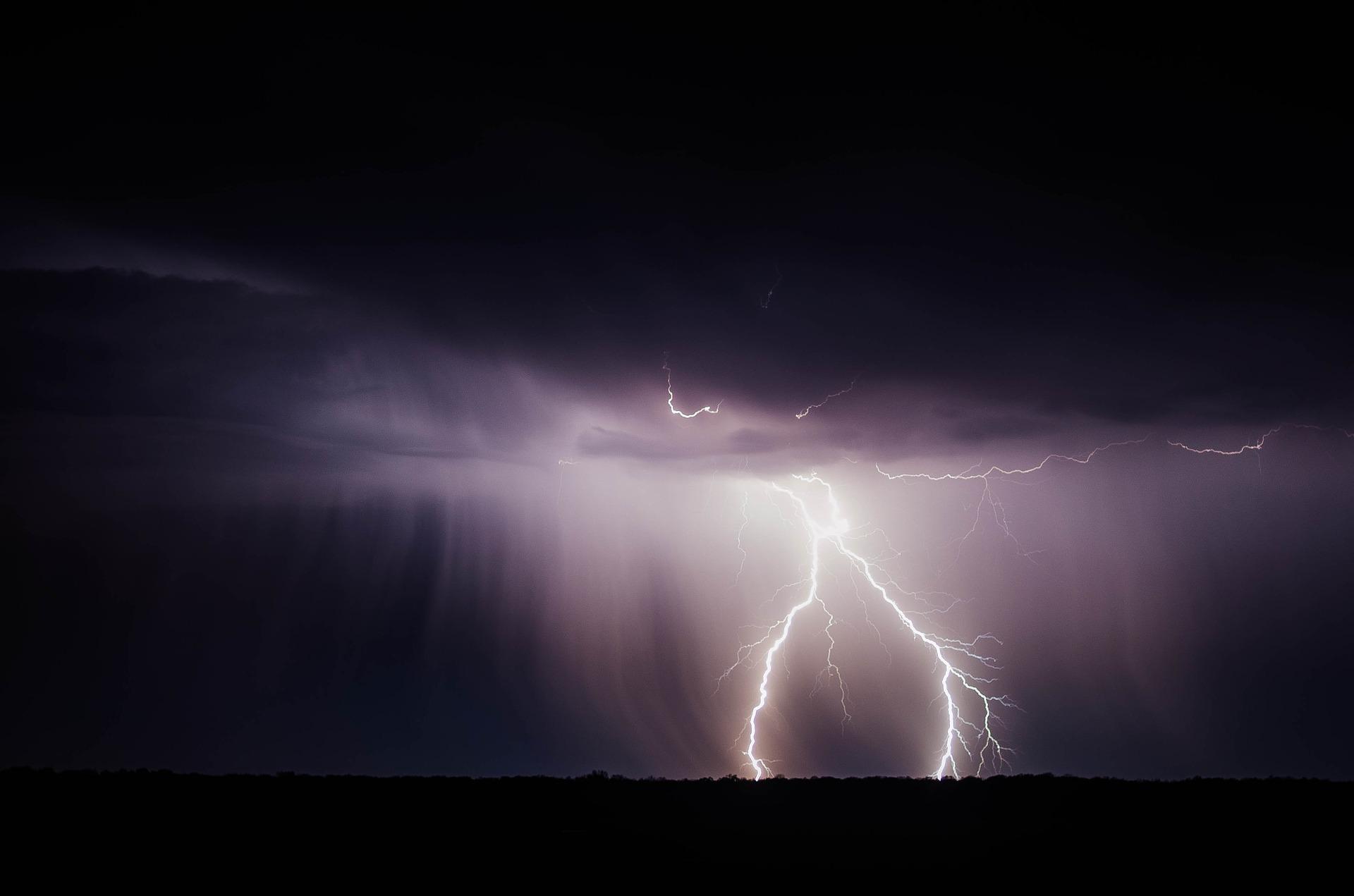 lightning-bolt-768801_1920.jpg