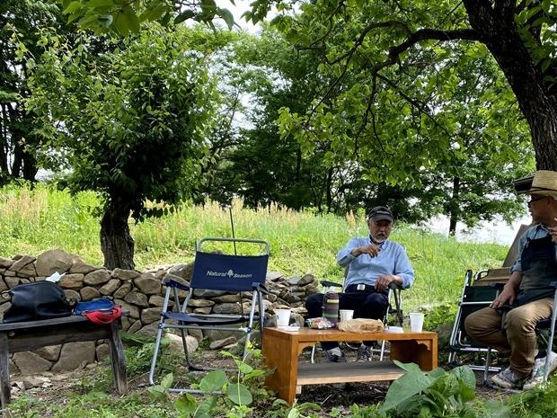 ヤギ小屋予定地・木陰でお茶