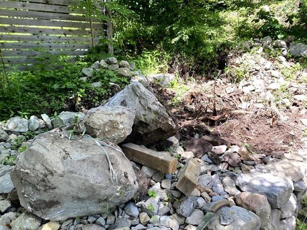 ユンボ仕事で出てきた巨石