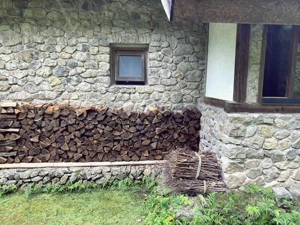 母屋軒下の薪