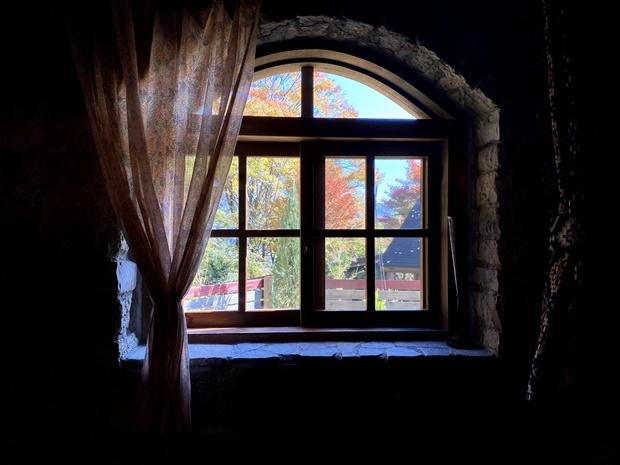 石造り・コテージの窓からの紅葉1