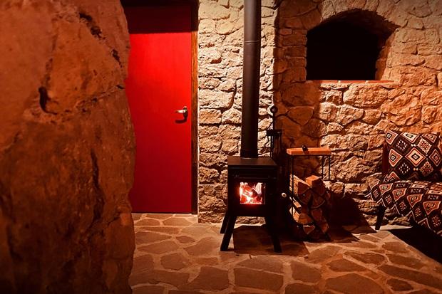石造りのコテージの新しい薪ストーブ