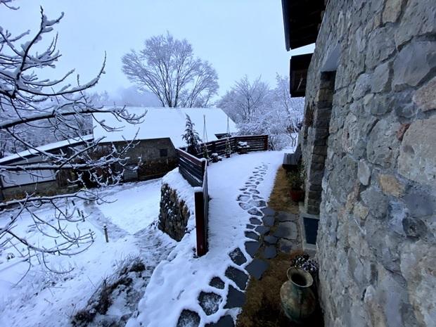 コテージの前の雪景色