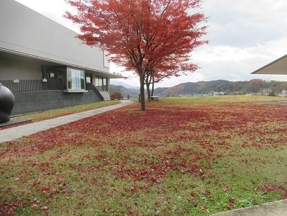 紅葉のじゅうたん石神の丘 美術館
