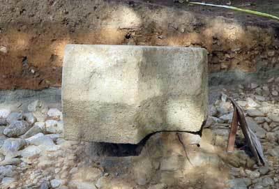 201129沓形石造物2