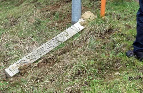210105倒れた石碑