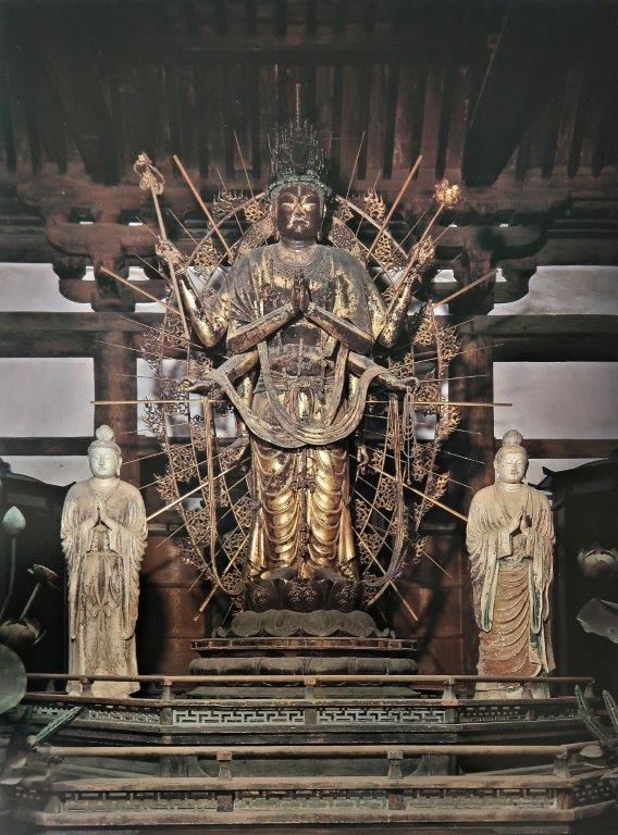 不空羂索観音像と本尊両脇に安置される日光月光菩薩像(梵天帝釈天像)