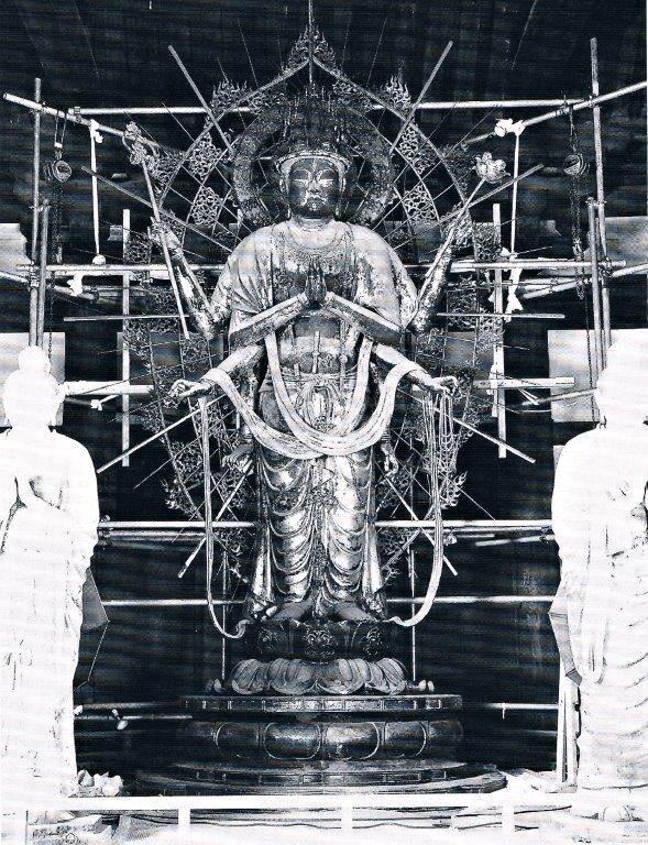 本来の位置まで吊り上げられた光背と不空羂索観音像