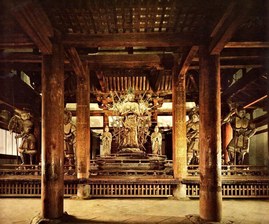 内陣「須弥壇」上に安置されている法華堂諸像