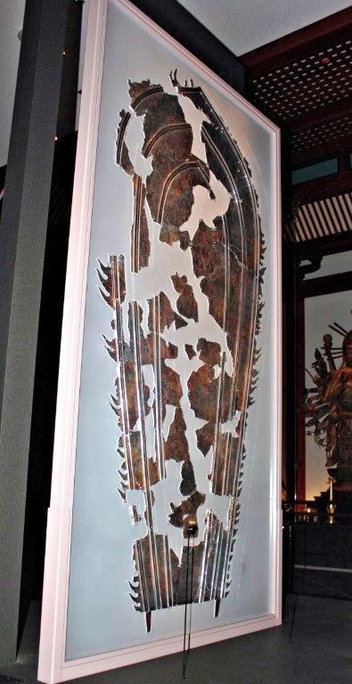 アクリル板展示で裏表両面を鑑賞可能となった二月堂・光背