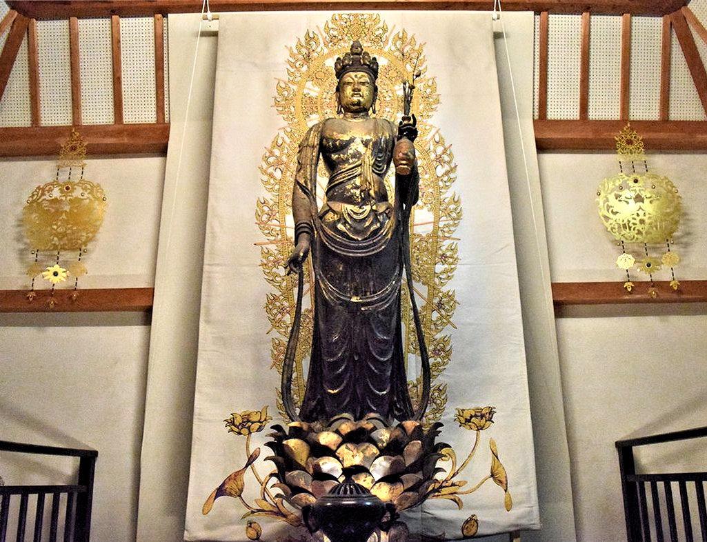 西陣織の復元光背が背面に掛けられた聖林寺・十一面観音像