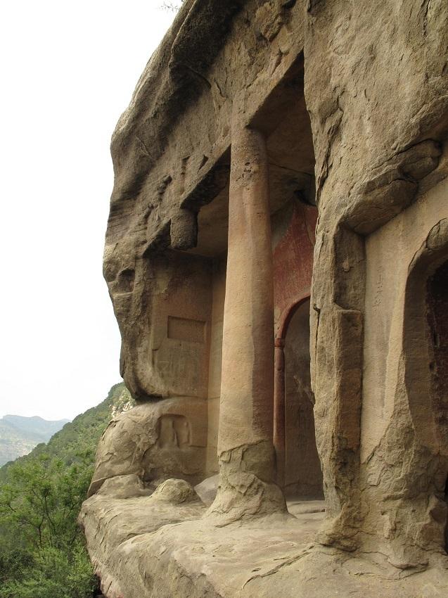 223天龍山石窟①:天龍山石窟・厳しい断崖面にある第8窟
