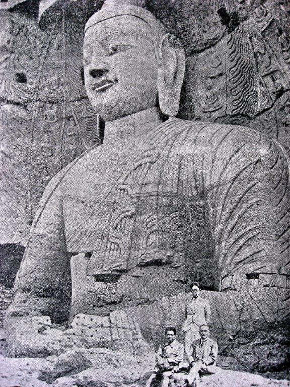 223天龍山石窟①:雲岡石窟発見時露座大仏前の伊東忠太(向かって右)