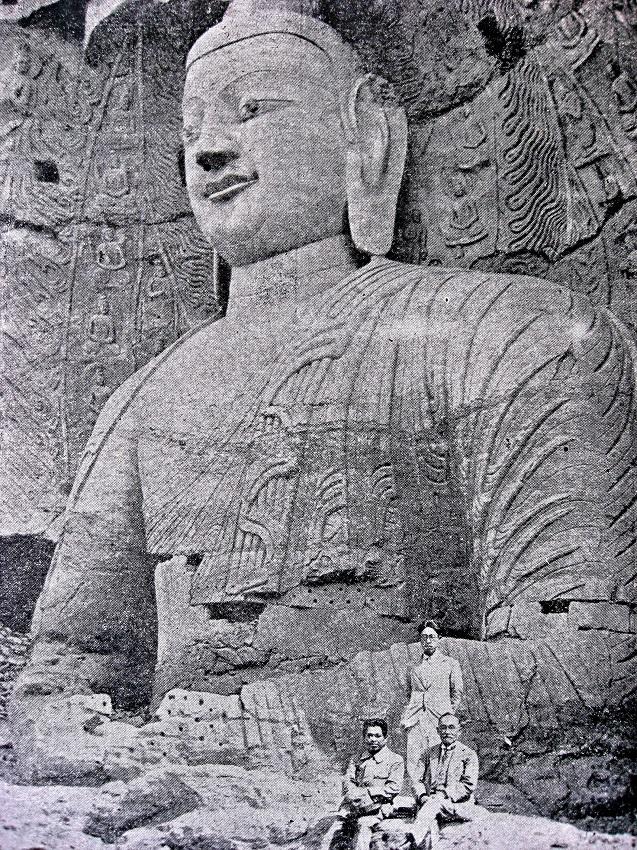 224天龍山石窟②:雲岡石窟発見時、露坐仏前の伊東忠太(向かって右)