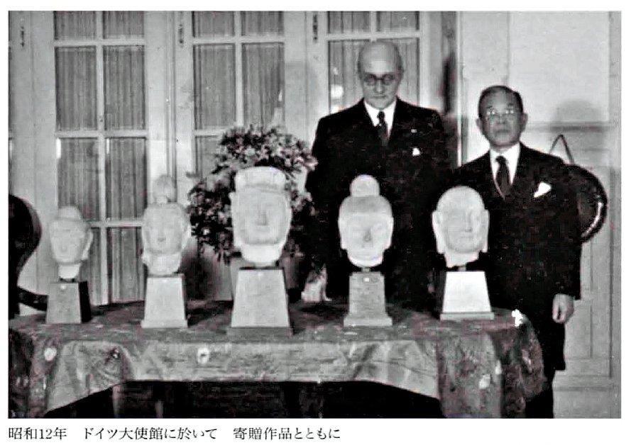 226天龍山石窟④:在日ドイツ大使館で寄贈石仏と共に立つ根津嘉一郎(1937)