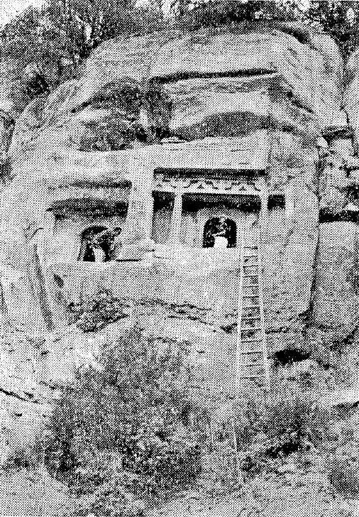 227天龍山石窟⑤:登攀梯子がかけられた第16・17窟(仏教芸術145号所載写真)