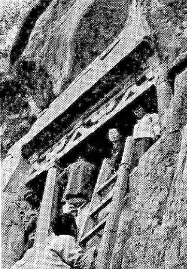 227天龍山石窟⑤:第16窟に登攀した田村氏(仏教芸術145号所載写真)