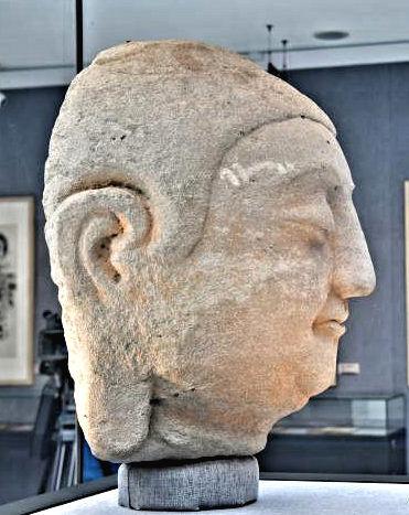 228天龍山石窟⑥:第8窟北壁主尊仏首側面~頬の三角形の風化痕が盗鑿前写真と一致する