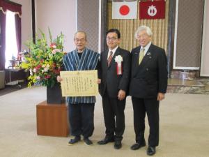 愛知県知事、この度の推薦者安田文吉顧問と記念撮影。