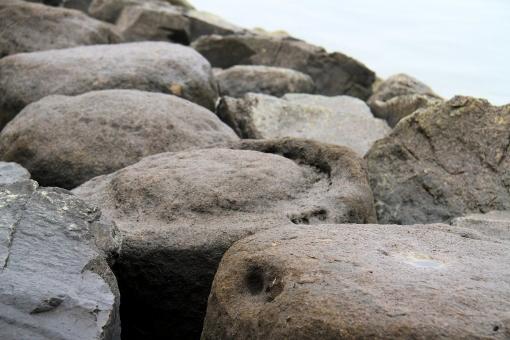 宍道湖岸の如泥石