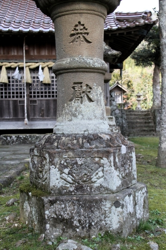 拝殿前の灯籠