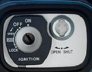 マジェスティ250 シート鍵開け