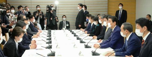 新型コロナウイルス感染症対策本部の会合で、緊急事態宣言を出す安倍晋三首相 2020年4月7日 首相官邸