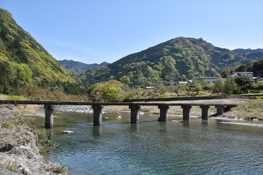 新緑と潜水橋5