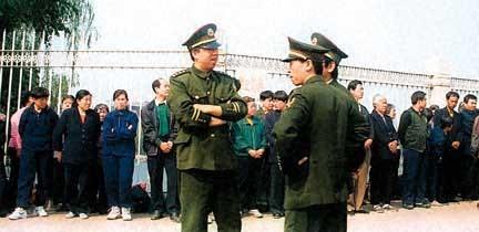 1999年4月25日、中南海の前で法輪功信者がデモを行う。