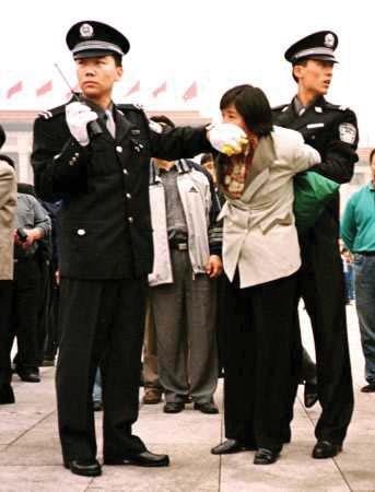 北京・天安門広場で中国警察に逮捕された法輪功学習者。