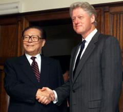 1999年のビル・クリントン米大統領と江沢民