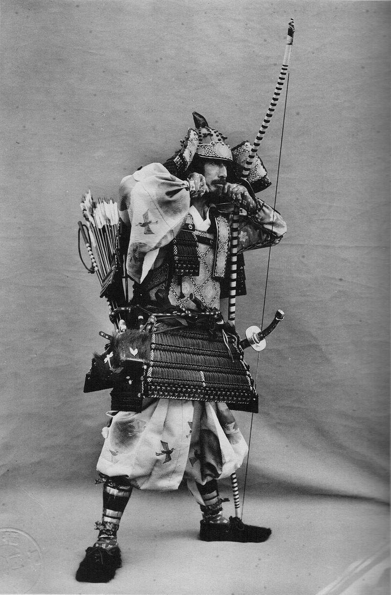 侍と弓術。大鎧を着用した男性。