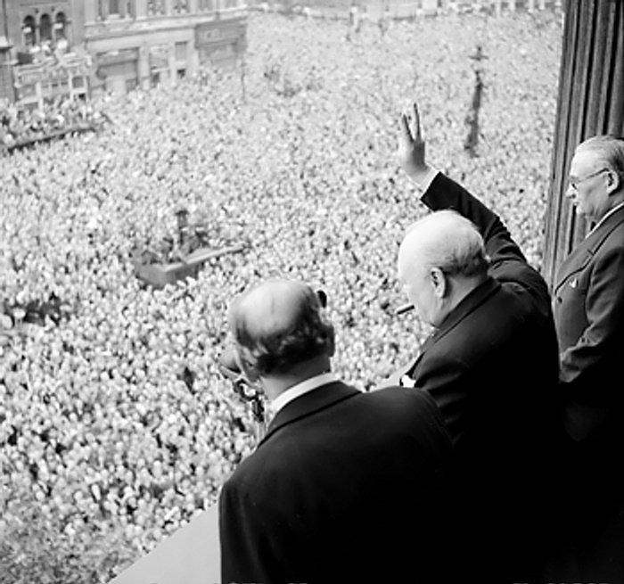 群集にVサインを掲げるチャーチル首相(ロンドン、1945年5月8日)